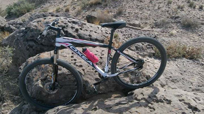 Es una mountain bike marca Oxea color blanco