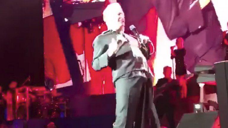 El cantante tuvo una erección arriba del escenario.