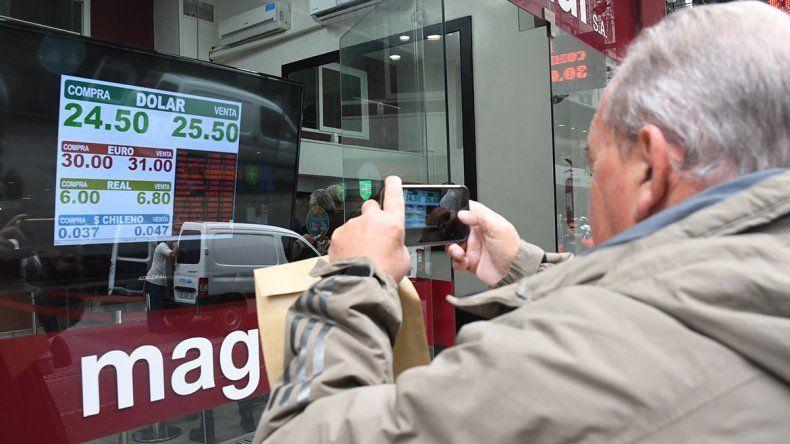 El dólar cerró arriba de los 25 pesos a pesar de una fuerte presencia del Banco Central