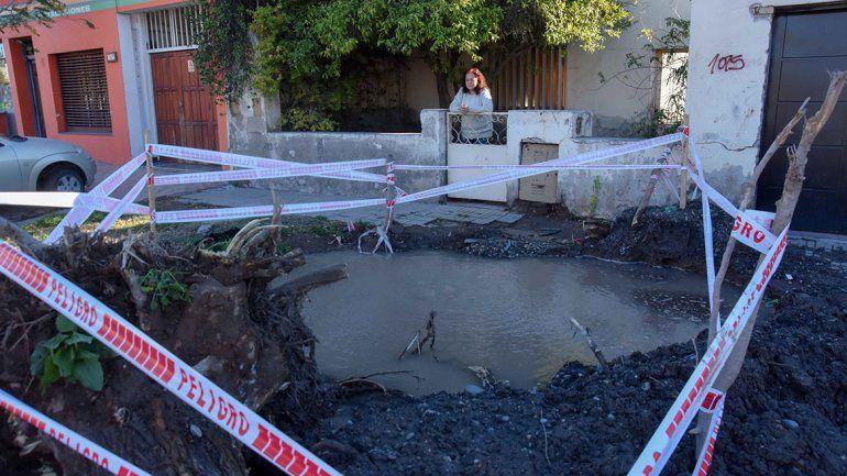 Se rompió un caño de agua potable y desde enero conviven con una pileta en la vereda