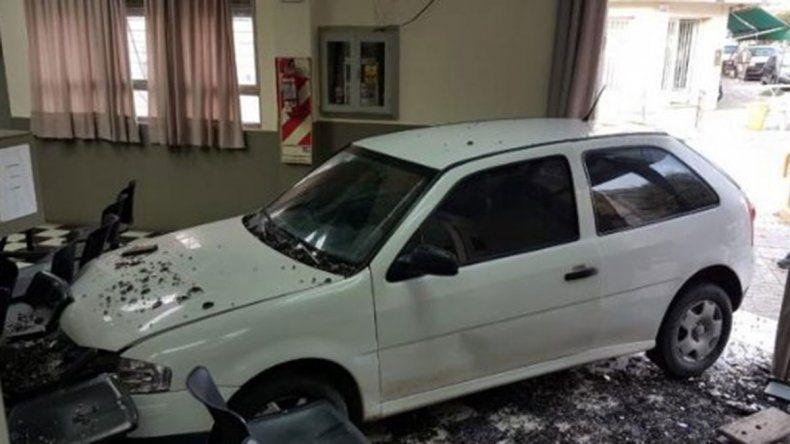 Le cortaron la luz y estrelló su auto contra empresa electrica
