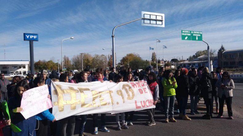 Sin luz ni gas en la EPET 9, padres y alumnos protestaron sobre la Ruta 22