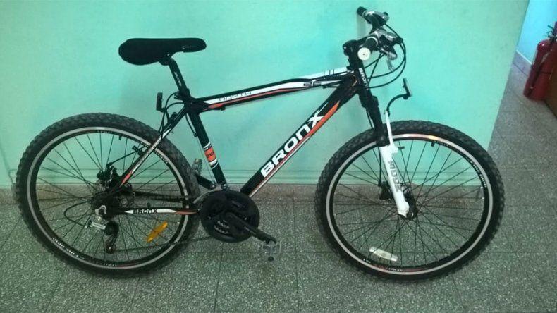 El delincuente pidió a la dueña de la bicicleta la suma de 5 mil pesos.