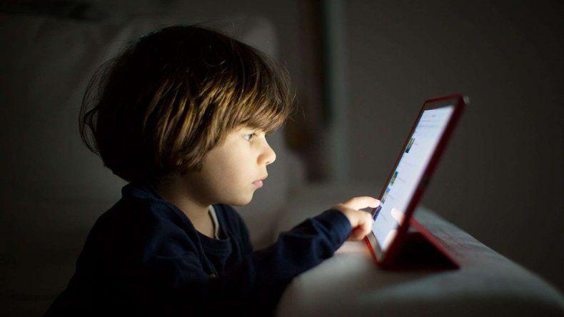 Las pantallas usadas en abuso todos los días son un enemigo para la vista. Si acercan mucho los ojos