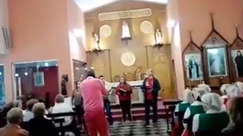La mujer ingresó a la iglesia a los gritos