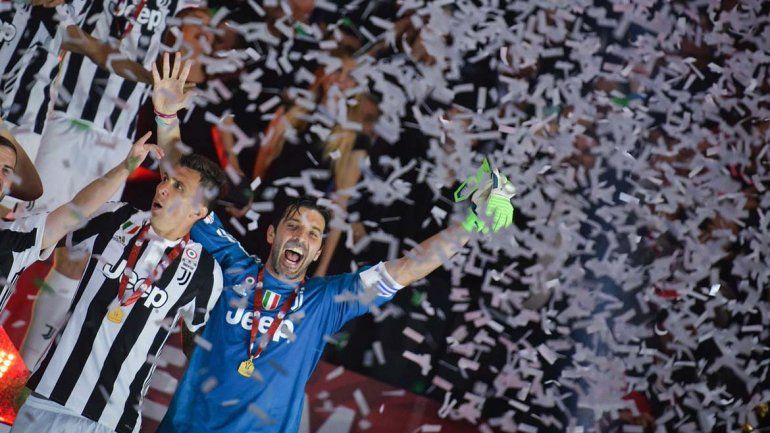 Buffon se va de la Juventus pero no del arco