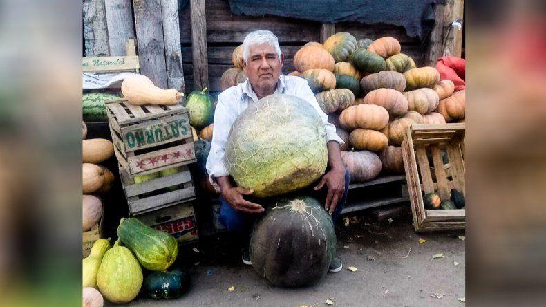 La historia del productor de Plottier que cosechó un zapallo de 45 kilos