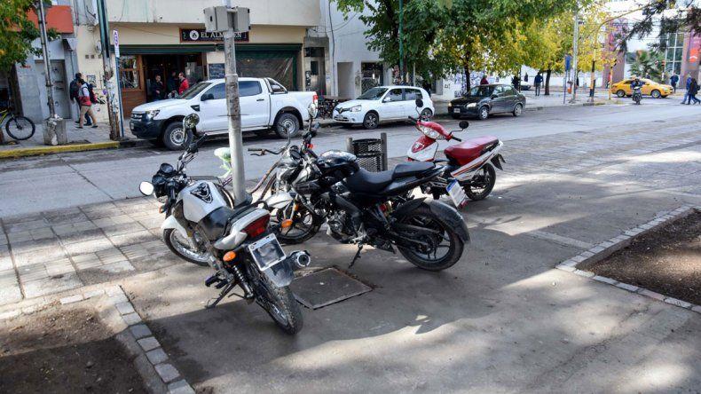 Estacionar la moto en cualquier parte, un mal de la ciudad