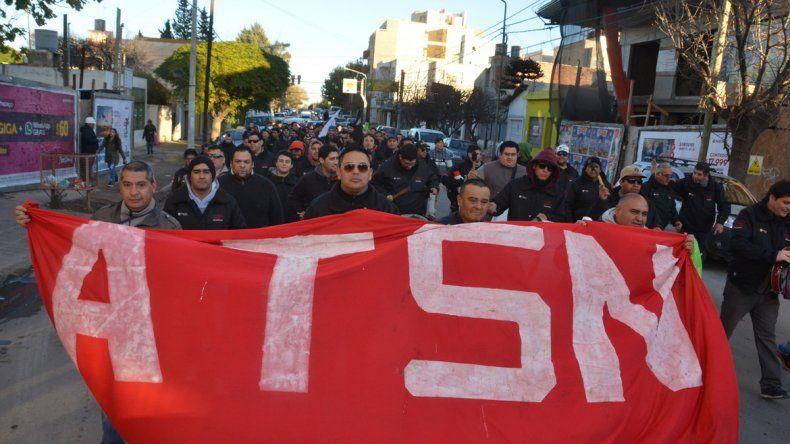 Trabajadores de CBS marchan por el centro en reclamo salarial