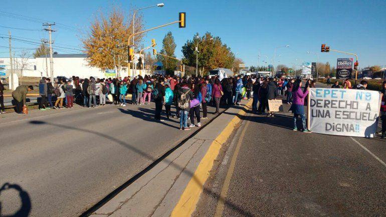 Padres y alumnos de tres escuelas de Plottier cortan un carril de la Ruta 22