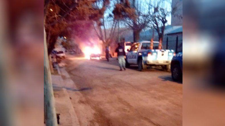 Tensión en Confluencia: le prendieron fuego al auto a un vecino y le apedrearon la casa
