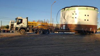 trasladan tanques de grandes dimensiones en plaza huincul