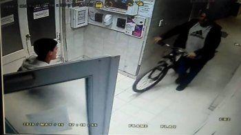 denuncio que le robaron la bici mientras trabajaba