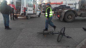 ciclista cruzo un semaforo en rojo y fue embestido por un camion
