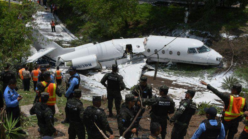 Los seis ocupantes del vuelo privado fueron rescatados del avión.