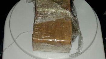 atrapados con un ladrillo de marihuana afuera de un colegio