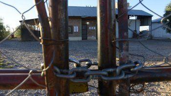 la clausura de un matadero complica a 12 trabajadores