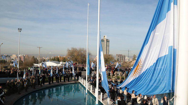 Quiroga y Prezzoli encabezaron el acto por el 208° Aniversario de la Revolución de Mayo