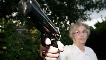 panico en tren por abuela con un revolver de juguete