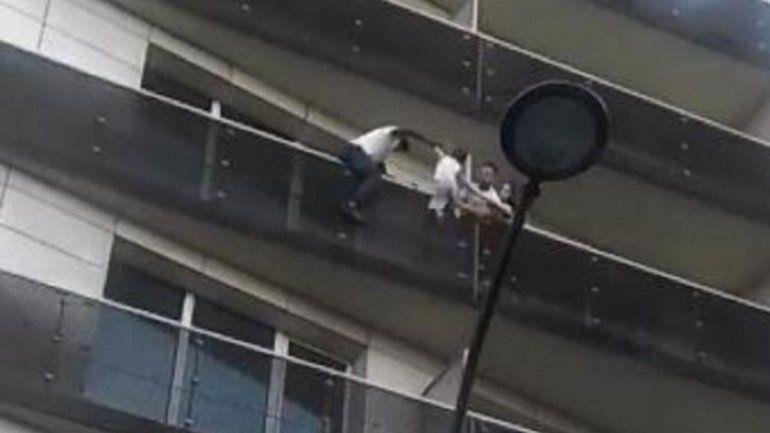 Dramático: escaló cuatro pisos por los balcones para rescatar a un niño