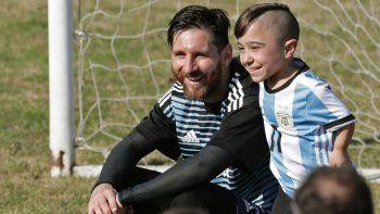 Messi con una de las figuras de la Selección de Talla Baja