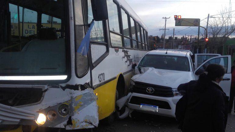 Fuerte accidente: cruzó en rojo y chocó a un colectivo, hay cinco pasajeros heridos