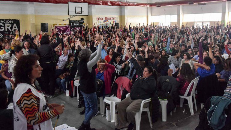 En las asambleas, la mayoría de los docentes votó a favor de aceptar la propuesta salarial
