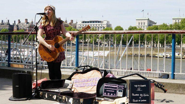 El gobierno de Londres hizo un acuerdo con la asociación de artistas callejeros y la empresa sueca iZettle