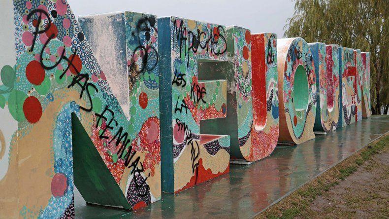 Otra vez rompieron y pintaron espacios públicos neuquinos