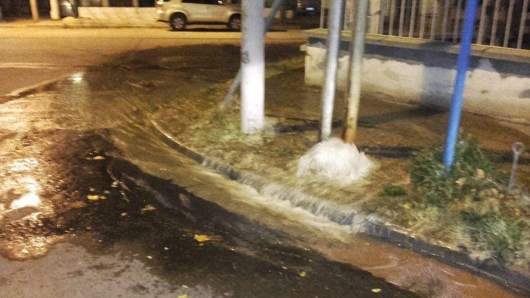 Calles inundadas por un acueducto roto en el centro-oeste