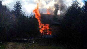 Una mujer y sus hijos se salvaron de milagro del incendio de su casa