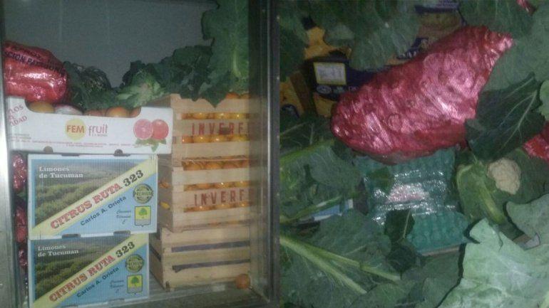 Los huevos secuestrados son escondidos entre frutas y verduras.