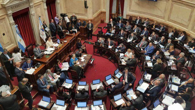 Anoche, el Senado trataba el proyecto opositor para retrotraer las tarifas.
