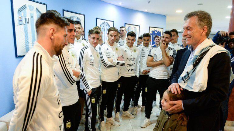 El micro que trasladó al combinado de Sampaoli al aeropuerto de Ezeiza estuvo acompañado por una multitud. Macri saludó a Messi y compañía.