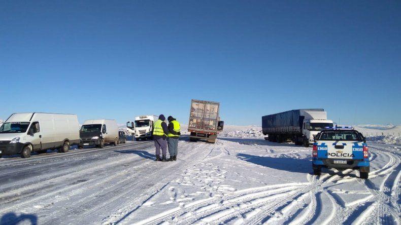 Demoras de 4 horas por el choque de dos camiones en la Bajada del Collón Cura