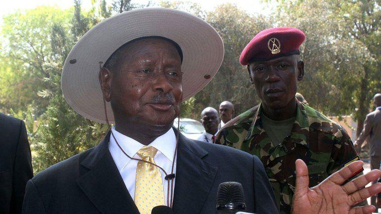 El polémico presidente Yoweri Museveni fue el impulsor de este impuesto que fue aprobado por el parlamento.
