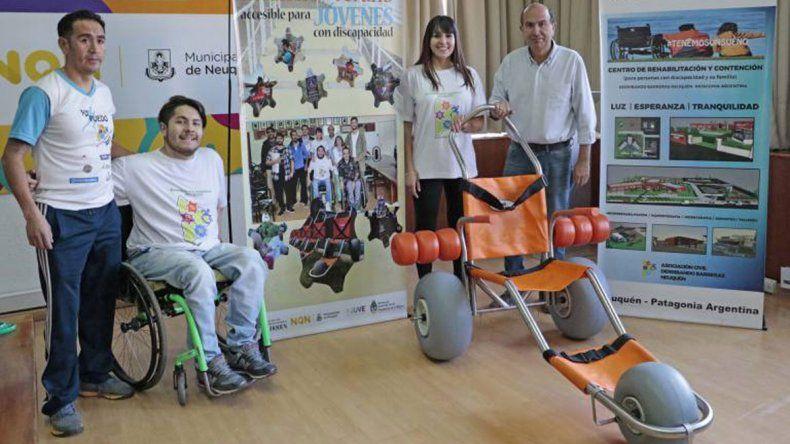 Llegan a balnearios y centros de esquí sillas anfibias para personas con discapacidad motriz