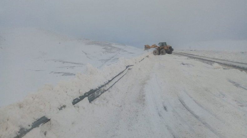 El paso Pino Hachado está intransitable por la presencia de hielo