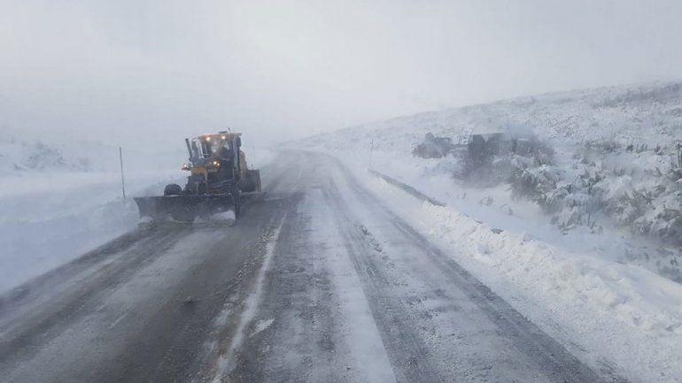 El paso Pino Hachado está intransitable por nieve y viento blanco