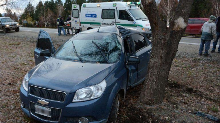 Junín: por el hielo, perdió el control del auto y chocó contra un árbol