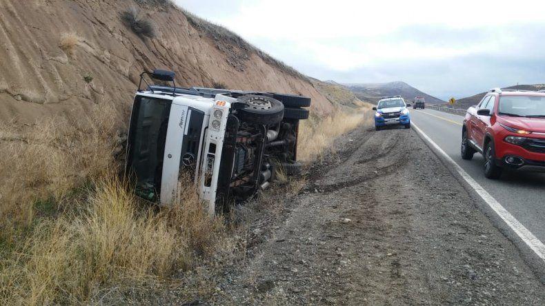 Un camión de Vialidad terminó acostado en la banquina
