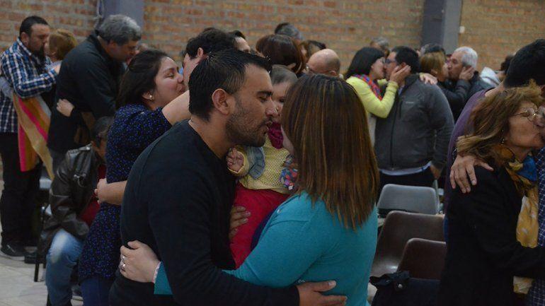 Abrazos y besos en una iglesia para afianzar la familia