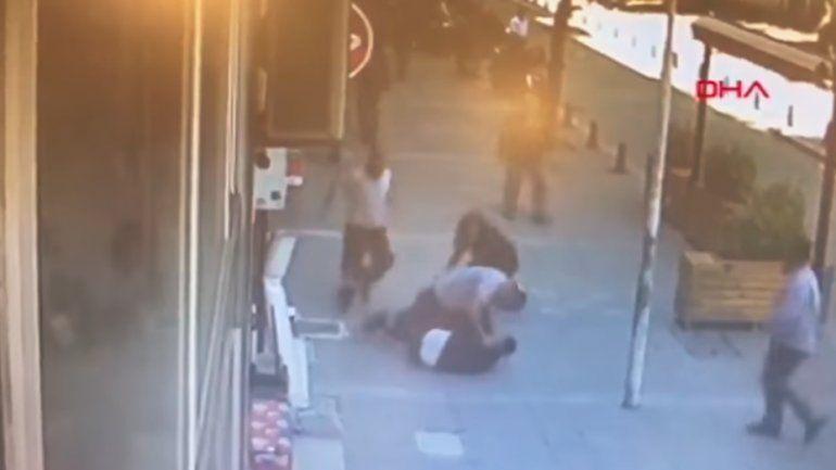 Fuerte video: un peatón noqueó de un cabezazo a un hombre que agredía a su expareja en plena calle