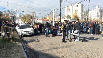 Escracharon a un portero del CPEM 12 por acosar a alumnas