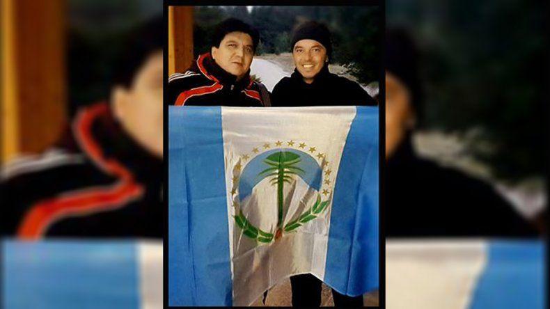 En su paso por la provincia, Gallardo se llevó una bandera de Neuquén