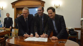 La firma del acuerdo entre el gobernador, Omar Gutiérrez y los directivos de Pampa Energía.