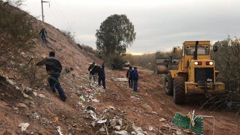 Los vecinos de Sapere se sumaron a la limpieza del río Neuquén