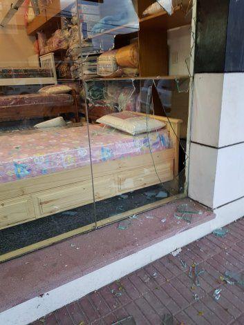 Rompieron el vidrio, entraron a un local y se llevaron ocho almohadas en pleno centro