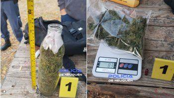 La policía descubrió al joven con una botella de vidrio llena de marihuana.