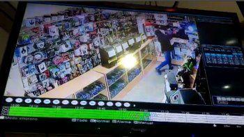Una clienta enojada le revoleó el control remoto a un empleado